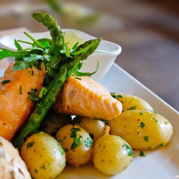 Ryba z warzywami na talerzu.